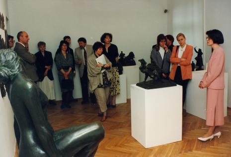 Od lewej x, dyr. Jaromir Jedliński (ms), z białą teczką red. Magda Olczyk (TVP Łódź), Anna Saciuk-Gąsowska (Dział Grafiki); pierwsza z prawej kuratorka wystawy Dorota Berbelska (ms)