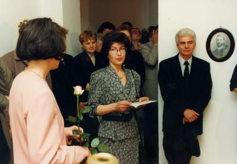 Kuratorka wystawy Dorota Berbelska (ms) wita Annę Łopieńską z mężem; z tyłu Małgorzata Mischke (wicedyrektor ms)