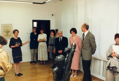 Od lewej Krystyna Jasińska (Dział Promocji), x, x, Anna Łopieńska z mężem, kuratorka wystawy Dorota Berbelska (ms), dyr. Jaromir Jedliński (ms), red. Magda Olczyk (TVP Łódź)