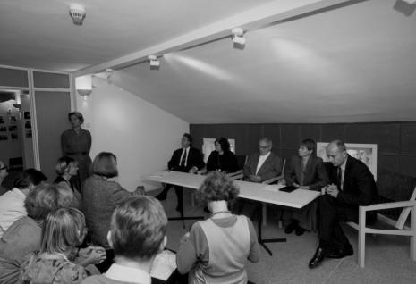 Od lewej (stoi) Krystyna Jasińska (Dział Promocji), przy stole siedzą dyr. Christoph Brockhaus (Wilhlem Lehmbruck Museum Duisburg), Sława Lisiecka-Jaskuła (tłumaczka), Erwin Heerich, kuratorka wystawy Zenobia Karnicka (Dział Sztuki Nowoczesnej), dyr. Jaromir Jedliński (ms)