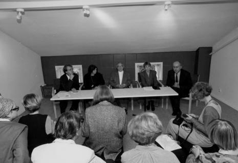 Od lewej siedzą przy stole dyr. Christoph Brockhaus (Wilhlem Lehmbruck Museum Duisburg), Sława Lisiecka-Jaskuła (tłumaczka), Erwin Heerich, kuratorka wystawy Zenobia Karnicka (Dział Sztuki Nowoczesnej), dyr. Jaromir Jedliński (ms)