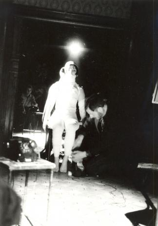 Douglas David podczas performance w sali odczytowej ms