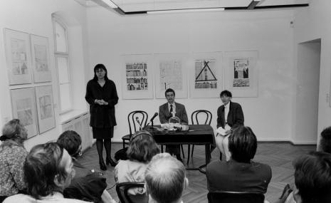 Dyr. Nawojka Cieślińska (ms) otwiera konferencję prasową, przy stole siedzą kuratorzy wystawy Krzysztof Jurecki i Anna Saciuk-Gąsowska (Dział Grafiki)