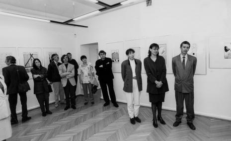 Od prawej kurator wystawy Krzysztof Jurecki (Dział Grafiki), dyr. Nawojka Cieślińska (ms), kuratorka wystawy Anna Saciuk-Gąsowska (Dział Grafiki)