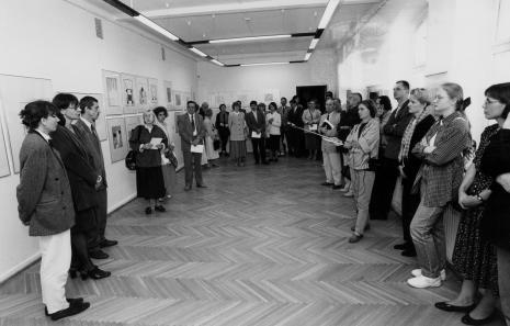 Od lewej kuratorka wystawy Anna Saciuk-Gąsowska (Dział Grafiki), dyr. Nawojka Cieślińska (ms), kurator wystawy Krzysztof Jurecki (Dział Grafiki)