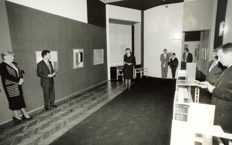Dyr. Nawojka Cieślińska (ms) wita gości w Sali Neoplastycznej, z prawej Zygmunt Krauze