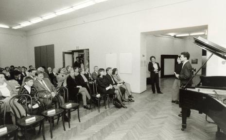 Przedstawiciel ambasady holenderskiej otwiera koncert; w głębi stoi Marcel Worms, w pierwszym rzędzie siedzą dyr. Nawojka Cieślińska (ms), Zygmunt Krauze z żoną
