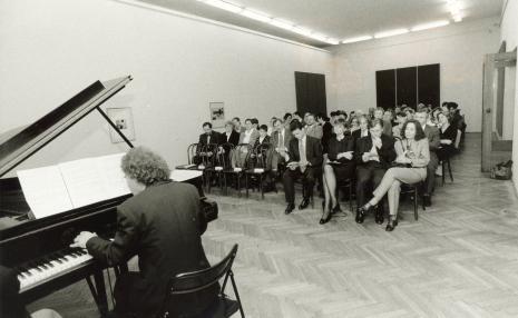 Gra Marcel Worms. W pierwszym rzędzie od lewej przedstawiciel ambasady holenderskiej w Polsce, dyr. Nawojka Cieślińska (ms), Zygmunt Krauze z żoną