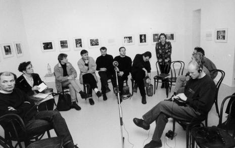 Od lewej Lech Lechowicz (Dział Fotografii i Technik Wizualnych), x, K. Kozioł, Piotr Sommer, Tadeusz Pióro, Jerzy Jarniewicz, Darek (Dariusz) Foks, stoi Krystyna Jasińska (Dział Promocji)