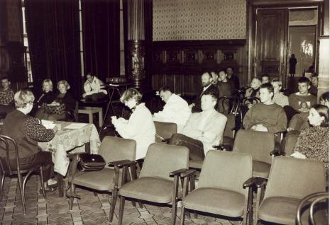 Wykład Anki Ptaszkowskiej. W pierwszym rzędzie druga od lewej Maria Morzuch (Dział Sztuki Nowoczesnej). Pierwsza z prawej Marta Maro
