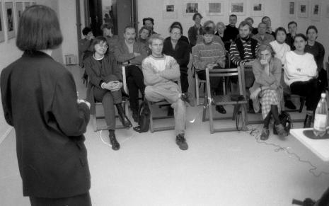 Dyskusję otwiera Anna Bohdziewicz; w pierwszym rzędzie od lewej dyr. Nawojka Cieślińska (ms), red. Krystyna Namysłowska (Polskie Radio); drugi rząd od lewej x, Marta Ertman (Dział Sztuki Polskiej), Zenobia Karnicka (Dział Sztuki Nowoczesnej)