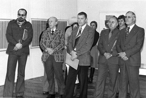 Od lewej dyr. Wojciech Ekiert (Wydział Kultury i sztuki RN M. Łodzi), Konstanty Mackiewicz, Wiesław Garboliński (rektor PWSSP w Łodzi), Zdzisław Konicki (archiwista), x