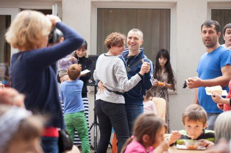 W środku tańczą Maja Pawlikowska i Leszek Karczewski (Dział Edukacji)