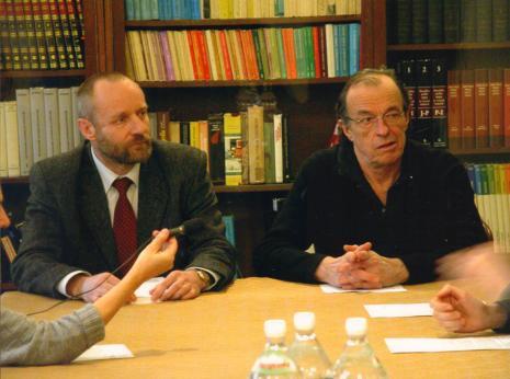 Konferencja prasowa w czytelni biblioteki ms, dyr. Mirosław Borusiewicz (ms) i Peter Downsborough
