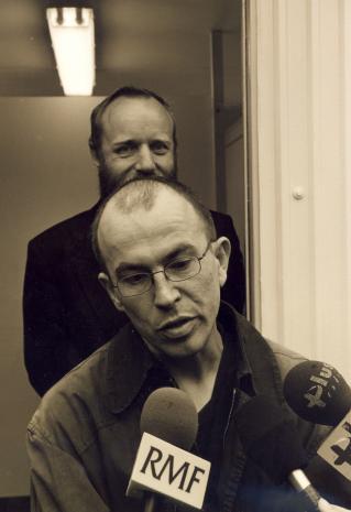 Alexander Honory udziela wywiadu łódzkim dziennikarzom radiowym; z tyłu dyr. Mirosław Borusiewicz (ms)