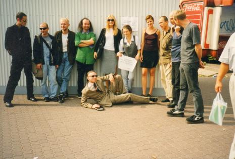 Od prawej dj Ofik, Krzysztof Split (muzyk), Aleksander Honory, leży Jacek Bieleński (muzyk m.in. zespołu Plastic Bag)