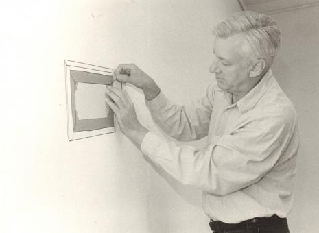 Michael Craig-Martin podczas przygotowań do wystawy w willi Herbsta