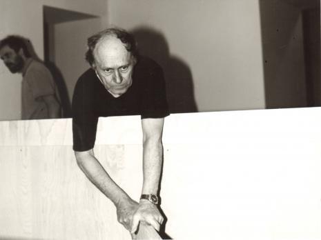 Stanislav Kolibal podczas pracy nad wystawą