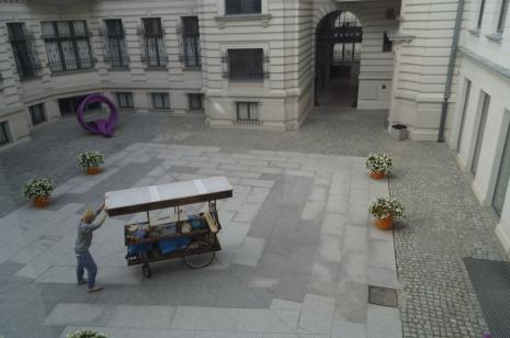 Natan Kryszk i mobilna pracownia rzeźbiarska - punkt prezentacji sztuki