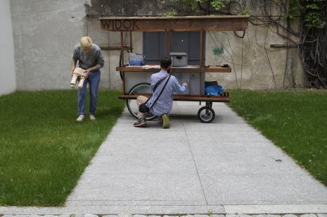 Natan Kryszk i Józef Gałązka oraz mobilna pracownia rzeźbiarska