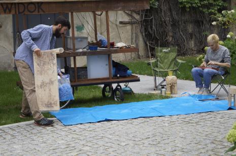 Józef Gałązka i Natan Kryszk w mobilnej pracowni rzeźbiarskiej