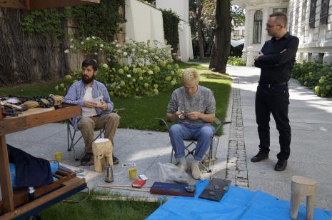 Józef Gałązka i Natan Kryszk w mobilnej pracowni rzeźbiarskiej, z prawej Adam Jurek (kierownik Działu Komunikacji)