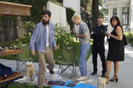 Józef Gałązka i Natan Kryszk w mobilnej pracowni rzeźbiarskiej, z prawej Adam Jurek (kierownik Działu Komunikacji) i red. Agata Stachura-Ścieszko (TVP Łódź)