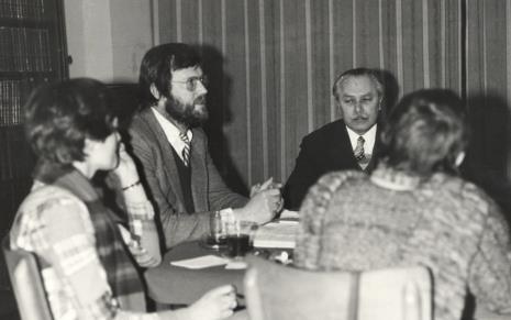 Konserwatorium w czytelni biblioteki Działu Dokumentacji Naukowej, w środku Paul Overy i Ryszard Brudzyński (wicedyrektor ms)
