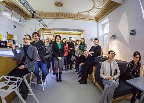 Publiczność na wernisażu - we wnętrzu kawiarni ms