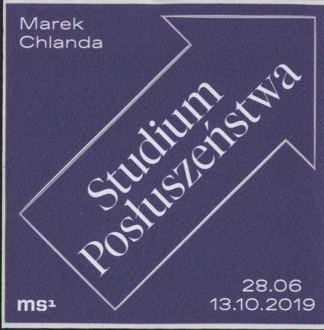 [Naklejka promocyjna] Marek Chlanda. Studium posłuszeństwa 28.06-13.10.2019.