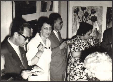 Od lewej Włodzimierz Marquadt (Muzeum Historii Włókiennictwa w Łodzi), dyr. Krystyna Kondratiuk (Muzeum Historii Włókiennictwa w Łodzi), x, x