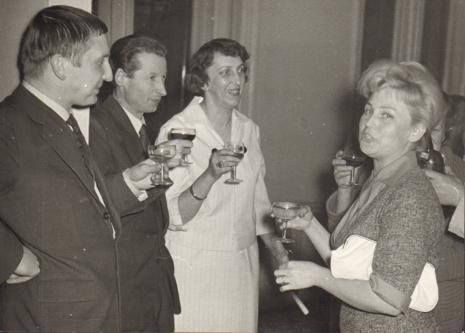 Od lewej artyści Leszek Rózga i Zdzisław Głowacki, Krystyna Kondratiuk (Muzeum Historii Włókiennictwa), Anna Łabęcka (Dział Sztuki Nowoczesnej)