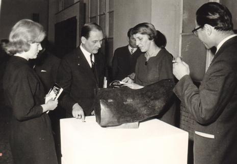Od lewej Halina Zawilska (Dział Sztuki Polskiej), x, Krystyna Kondratiuk i Włodzimierz Marquadt (Muzeum Historii Włókiennictwa)