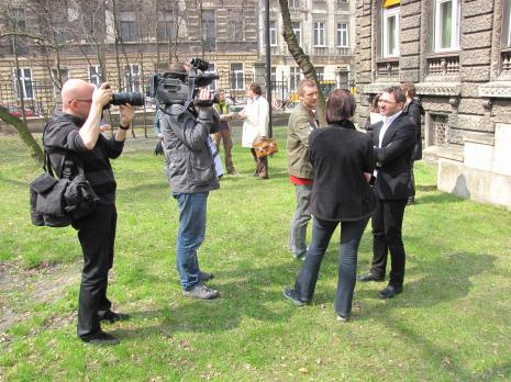 Dyr. Jarosław Suchan (ms, kurator wystawy) udziela wywiadu dziennikarzom