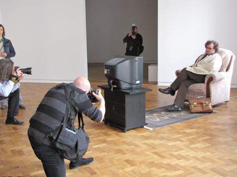 Cezary Bodzianowski otoczony przez fotoreporterów