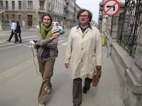 Cezary Bodzianowski udziela wywiadu na ulicy