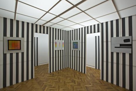 Dokumentacja wystawy - praca Daniela Burena, obrazy: Henryk Stażewski