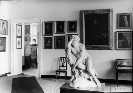 Sala ekspozycyjna, z archiwum Mariana Minicha. Na pierwszym planie rzeźba Antoniego Pleszowskiego Kain z 1881 roku (zaginiona podczas wojny)