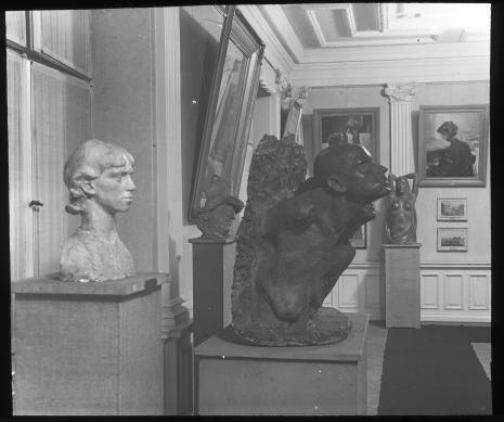 Sala impresjonizmu, 1937-1939, z archiwum Mariana Minicha. Od lewej widoczne rzeźby: x, A. Petryna Głowa chłopa, X. Dunikowski Jarzmo życia, A. Czeczott Orient