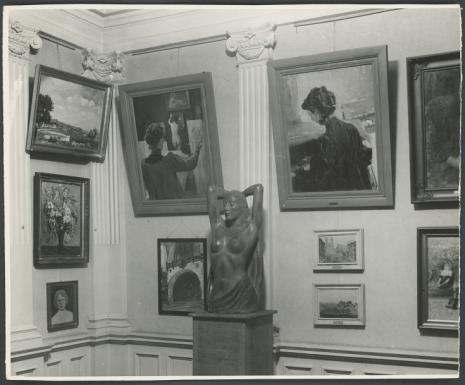Sala ekspozycyjna, z archiwum Mariana Minicha. Na pierwszym planie rzeźba Aleksandra Czeczotta Orient, ok. 1930