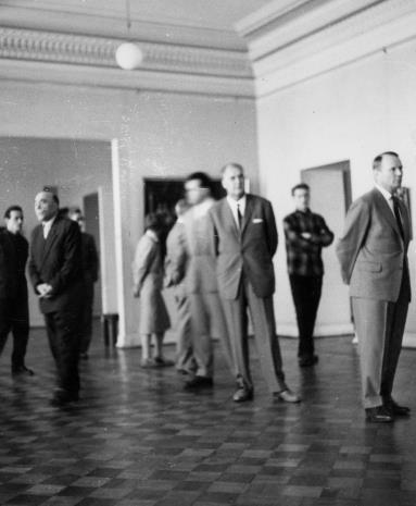 Wizyta artystów radzieckich w Muzeum Sztuki. Dyrektor Marian Minich (drugi z lewej) oprowadza gości po wystawie
