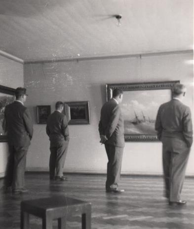 Artyści radziedzcy zwiedzający wystawę