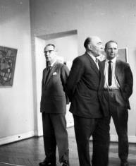 Wizyta artystów radzieckich w Muzeum Sztuki. Dyrektor Marian Minich (w środku) oprowadza gości po wystawie