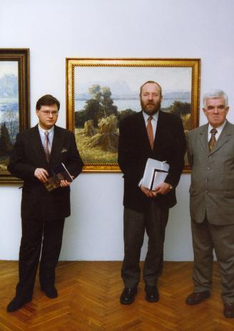 Od lewej kurator wystawy Dariusz Kacprzak (Dział Sztuki Obcej), dyr. Mirosław Borusiewicz (ms), Jacek Ojrzyński (wicedyrektor ms)