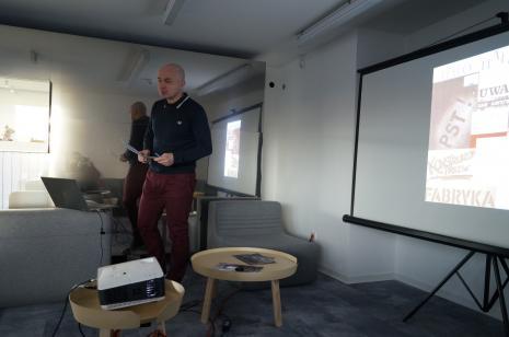 Maciej Cholewiński prowadzi wykład
