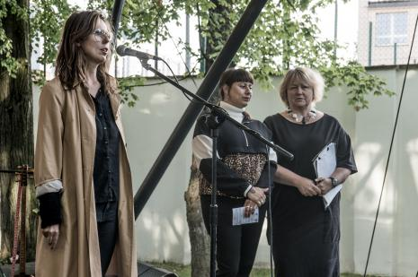 Od lewej kuratorka wystawy Aleksandra Jach (Dział Sztuki Nowoczesnej), Carolina Caycedo, tłumaczka