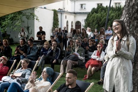 Publiczność w ogrodzie ms na koncercie Samych Suk, z prawej Katarzyna Słoboda (Dział Sztuki Nowoczesnej)