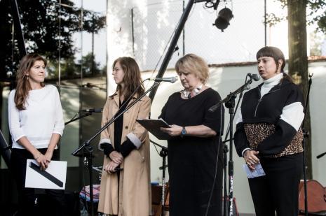 Od lewej Maja Wójcik (wicedyrektor ms), kuratorka wystawy Aleksandra Jach (Dział Sztuki Nowoczesnej), tłumaczka, Carolina Caycedo