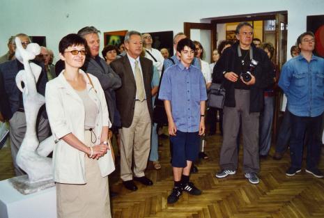 Od lewej x, kolekcjonerzy Dariusz i Krzysztof Bieńkowscy, z aparatem Wojciech Jaraczewski (PAP)