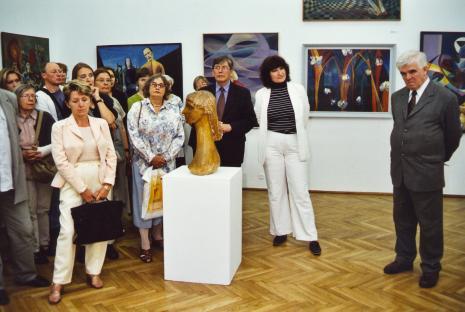 Od prawej dr Jacek Ojrzyński (wicedyrektor ms), krytyk sztuki Anna Maria Leśniewska, z czarną teczką z przodu Krystyna Matusiak (malarka); za nią w białej marynarce Bogusław Mozer (scenograf)